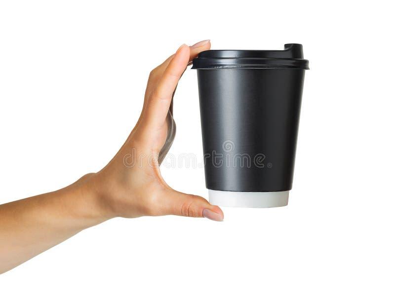 Main de femme tenant la tasse de boissons de papier de café images libres de droits