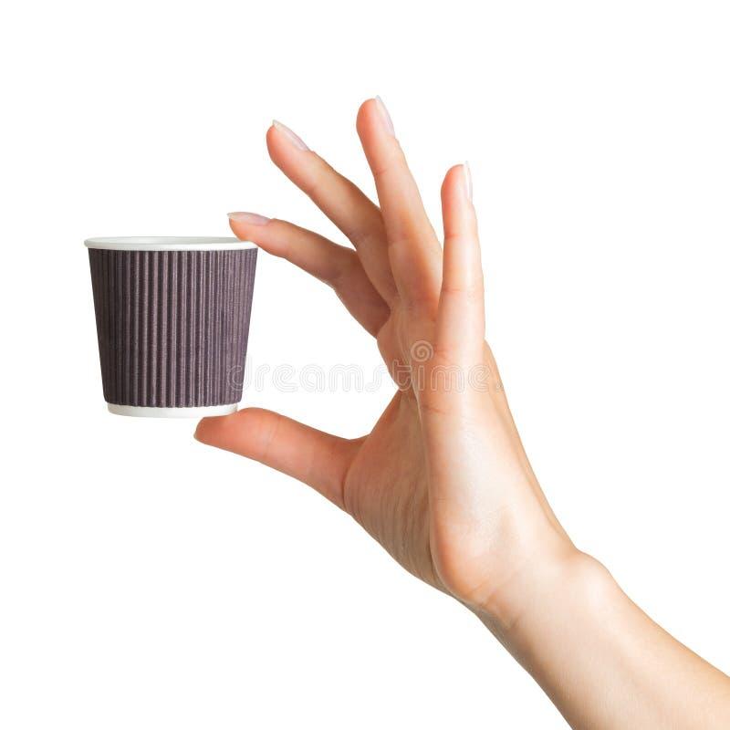 Main de femme tenant la tasse de boissons de papier de café photographie stock libre de droits