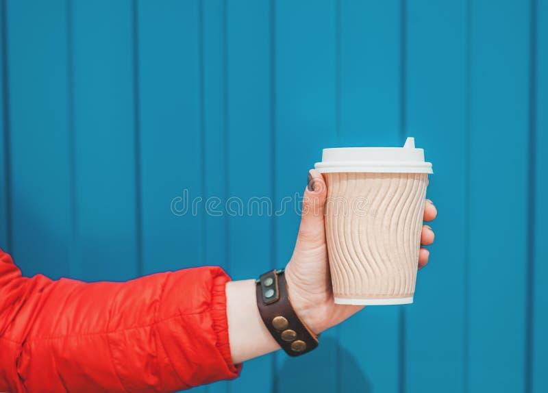 Main de femme tenant la tasse de café de papier vide Moquerie de calibre  photo stock