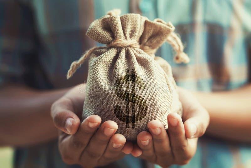 main de femme tenant le sac d'argent finances et comptabilit? d'?conomie de concept images libres de droits