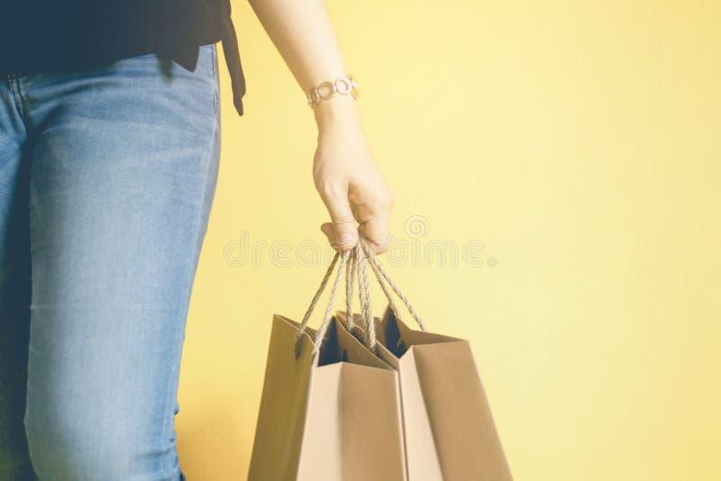 Main de femme tenant le sac de papier de achat images libres de droits
