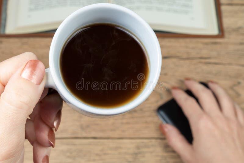 Main de femme tenant une tasse de café photos stock