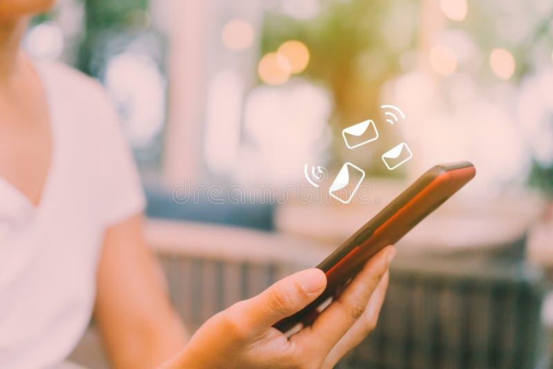 Main de femme utilisant le smartphone photographie stock libre de droits