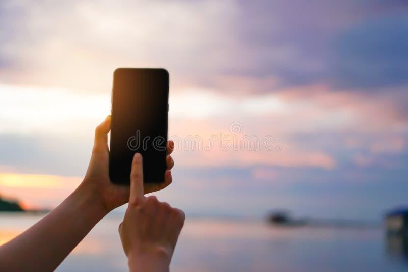 Main de femme utilisant le smartphone photo stock