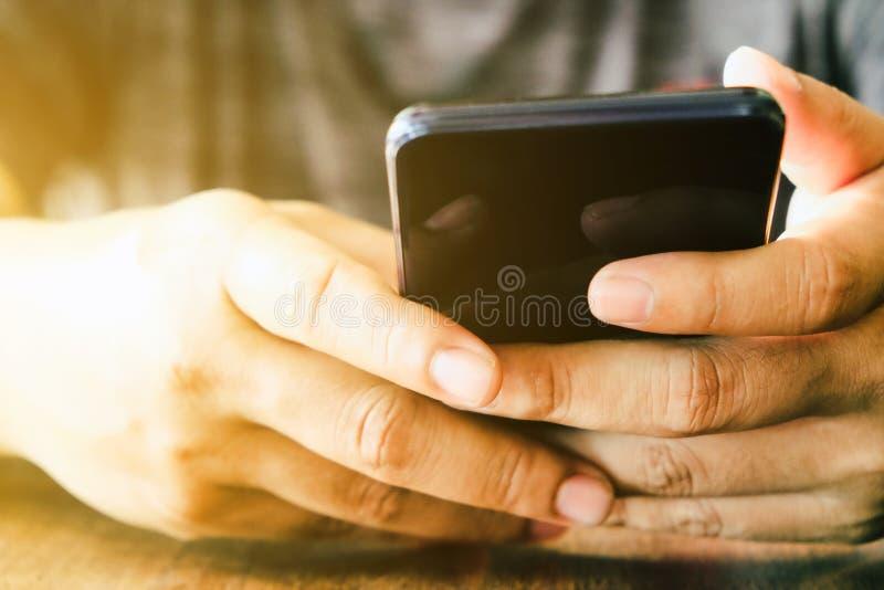 Main de fille tenant un téléphone intelligent photo stock
