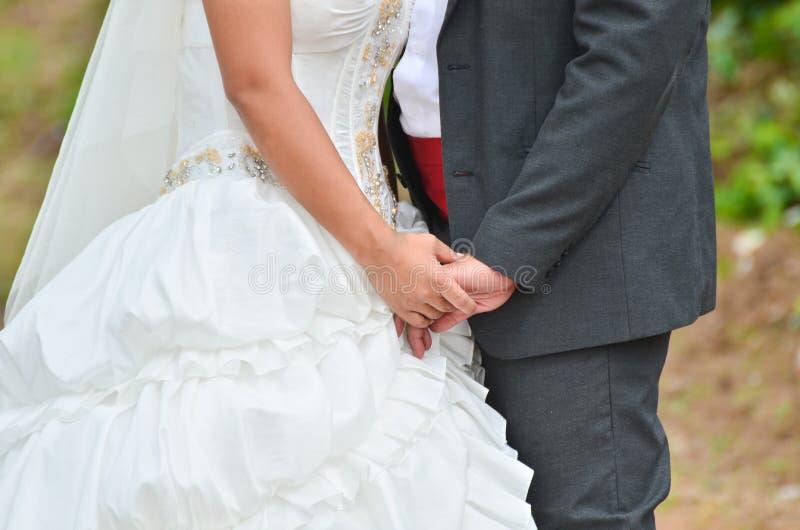 Main de fixation de mariée et de marié image libre de droits
