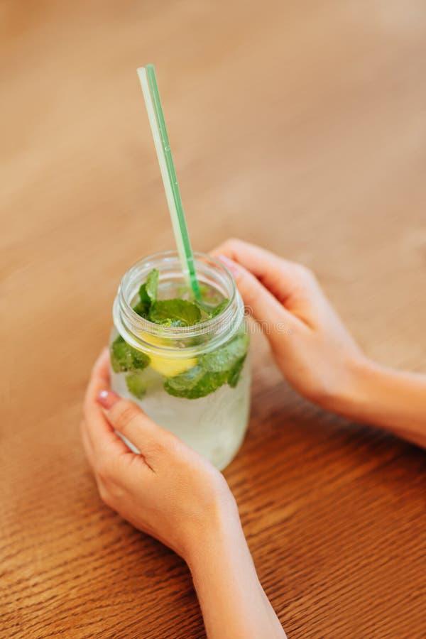 Main de jeune femme prenant le pot de limonade photos libres de droits