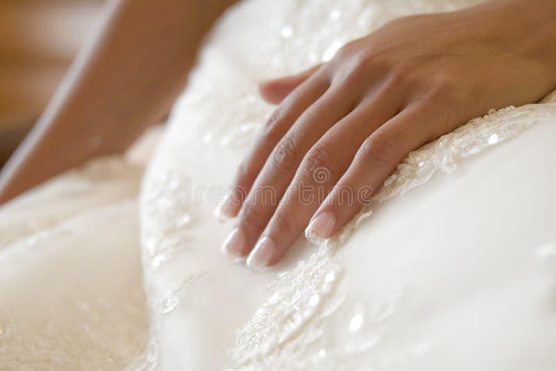Main de jeune mariée photo libre de droits