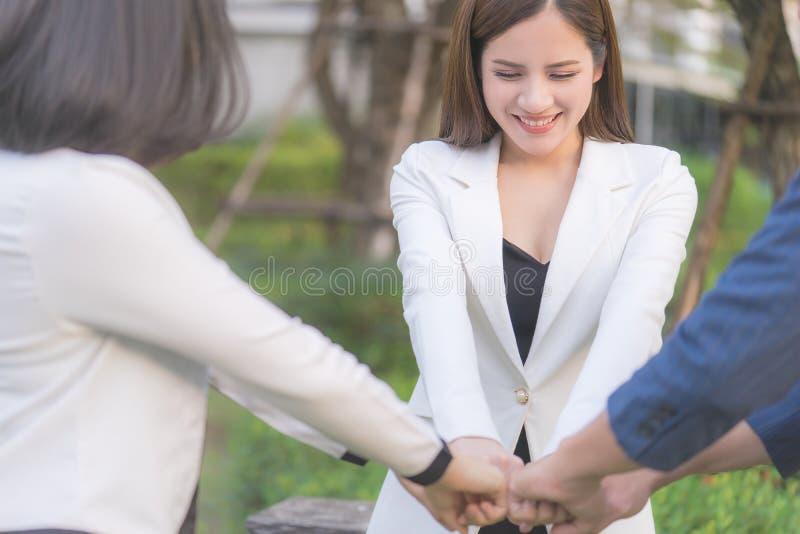 Main de jointure de femme ensemble pour l'esprit d'équipe photographie stock libre de droits