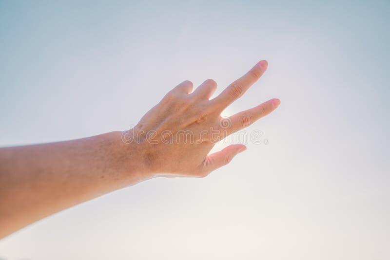 Main de l'homme atteignant à vers le ciel La main effectuent le symbole images libres de droits