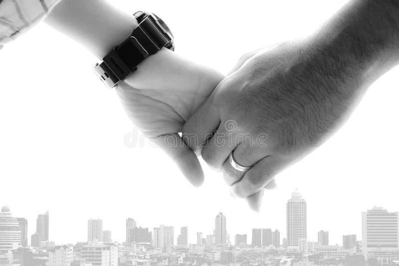 Main de l'homme et de femme avec l'anneau de mariage photos stock