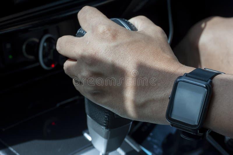 Main de l'homme tenant le levier de transmission automatique images stock
