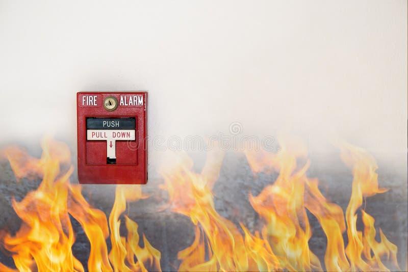 Main de l'homme tirant le commutateur d'alarme d'incendie sur le mur blanc comme fond pour le cas d'urgence au nouveau bâtiment d image libre de droits