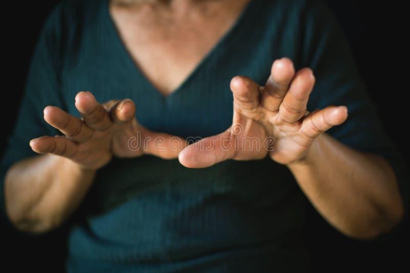 Main de la panique de feutre de femme sur le noir images stock