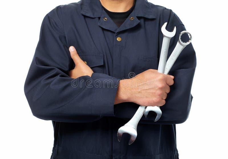 Main de mécanicien automobile avec la clé. photographie stock libre de droits