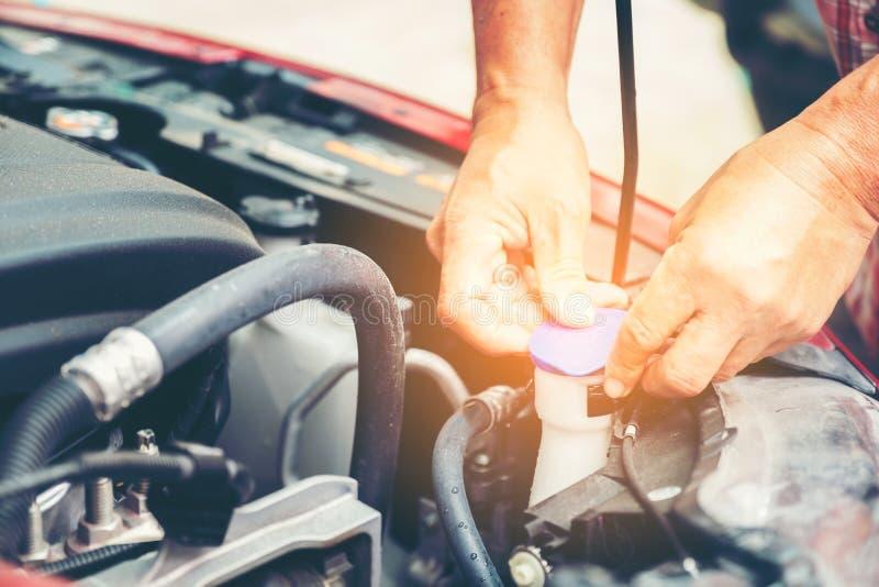 Main de mécanicien automobile avec une clé Enregistrement de mécanicien de réparation de voiture photos stock