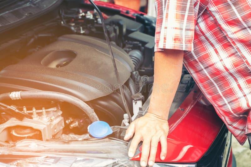 Main de mécanicien automobile avec une clé Enregistrement de mécanicien de réparation de voiture image stock