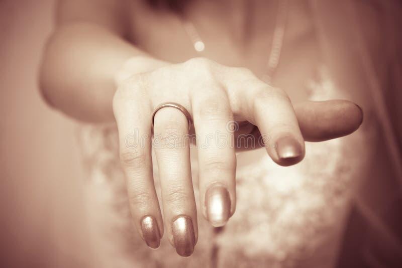 Main de mariée avec la boucle image stock