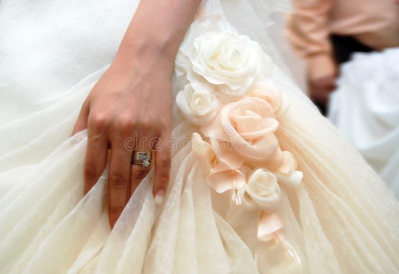 Main de mariée avec la boucle de mariage image stock