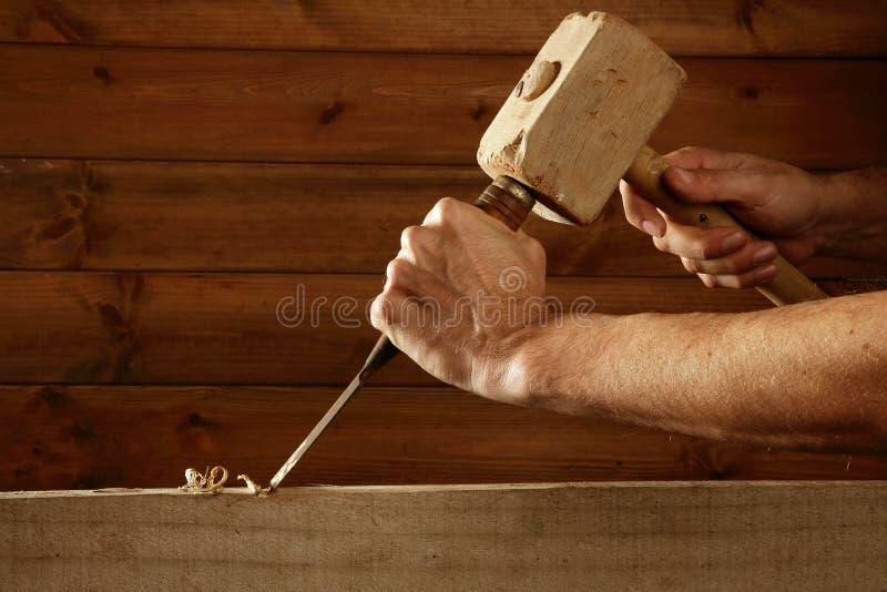 Main de marteau d'outil de charpentier de burin en bois de gouge image libre de droits