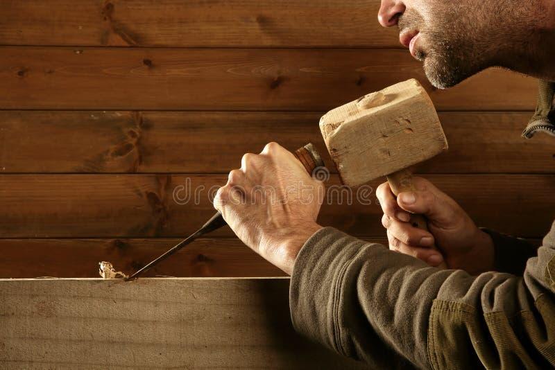 Main de marteau d'outil de charpentier de burin en bois de gouge images libres de droits