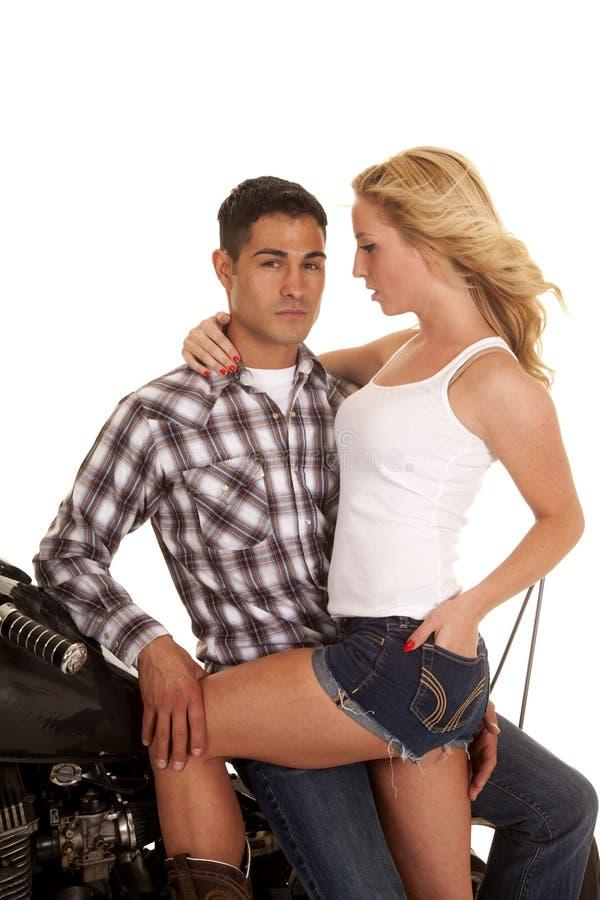 Main de moto de couples sur le regard sérieux de jambe images libres de droits