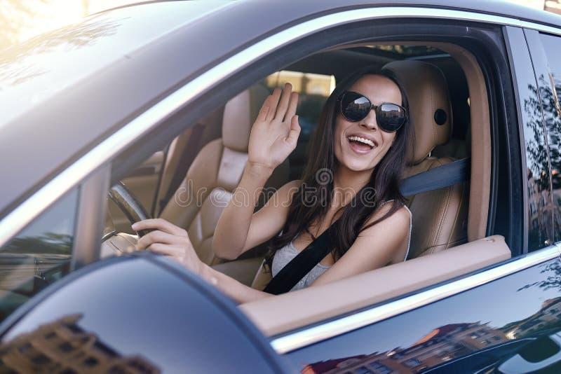 Main de ondulation de femme de la voiture photo stock