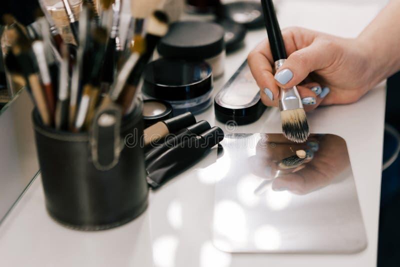 Main de personne avec la brosse de maquillage image libre de droits