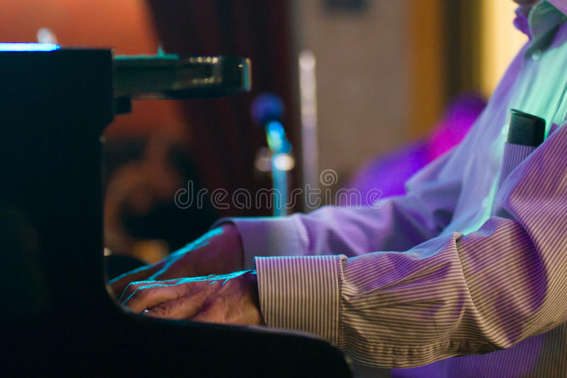 Main de pianiste en café de jazz - fin  photo libre de droits