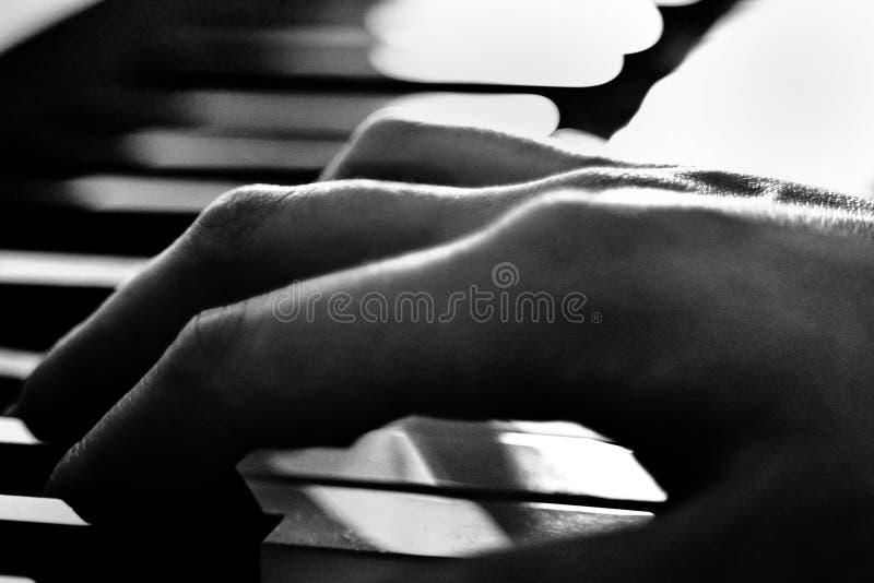 Main de piano jouant la corde image stock