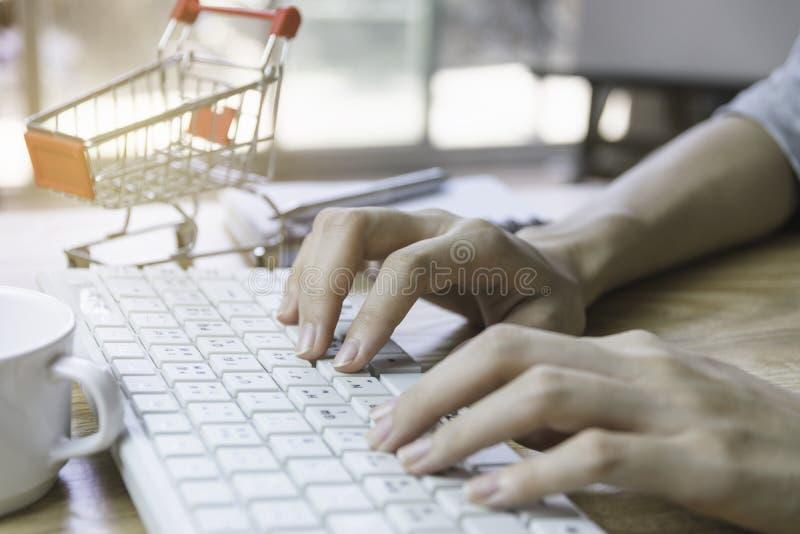 Main de plan rapproché de la femme à l'aide de l'ordinateur pour le commerce électronique ou le concept de achat photographie stock libre de droits