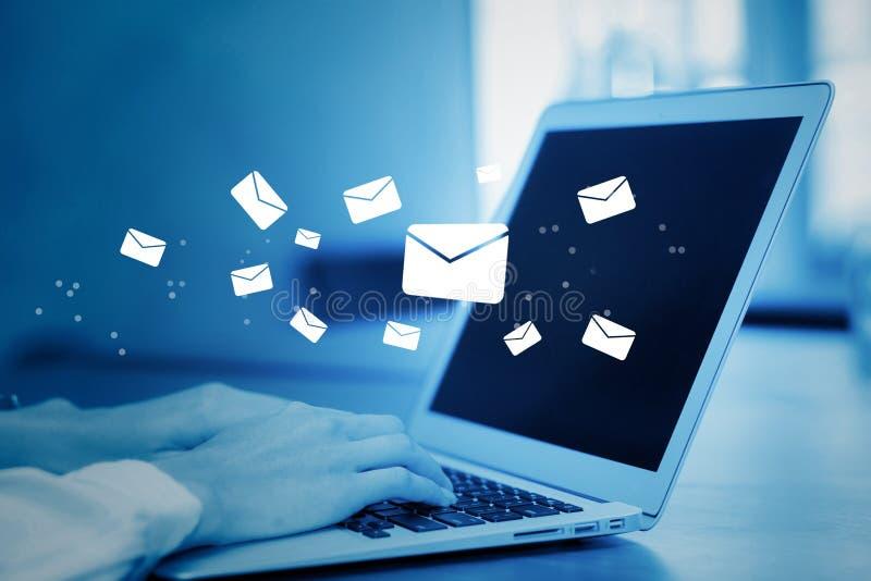 Main de plan rapproché de la femme d'affaires à l'aide d'un clavier d'ordinateur d'envoyer l'email sur le ton bleu images libres de droits