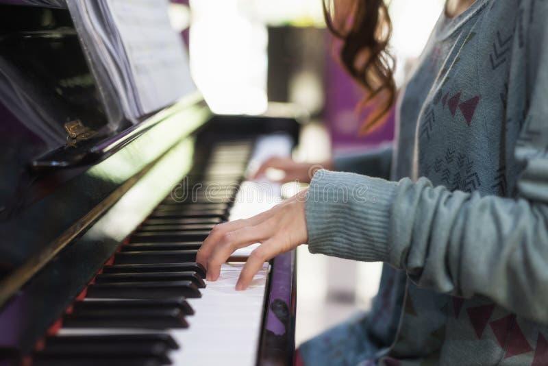 Main de plan rapproch? jouant sur le piano classique image libre de droits