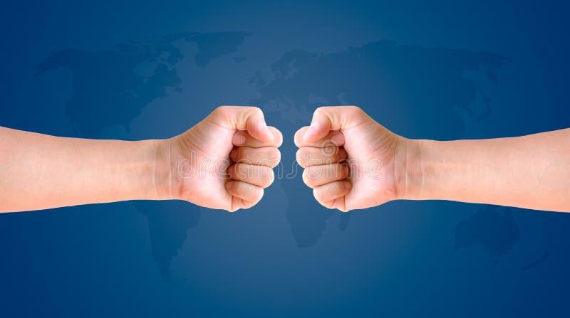 Main de poing sur le fond de carte du monde photo libre de droits