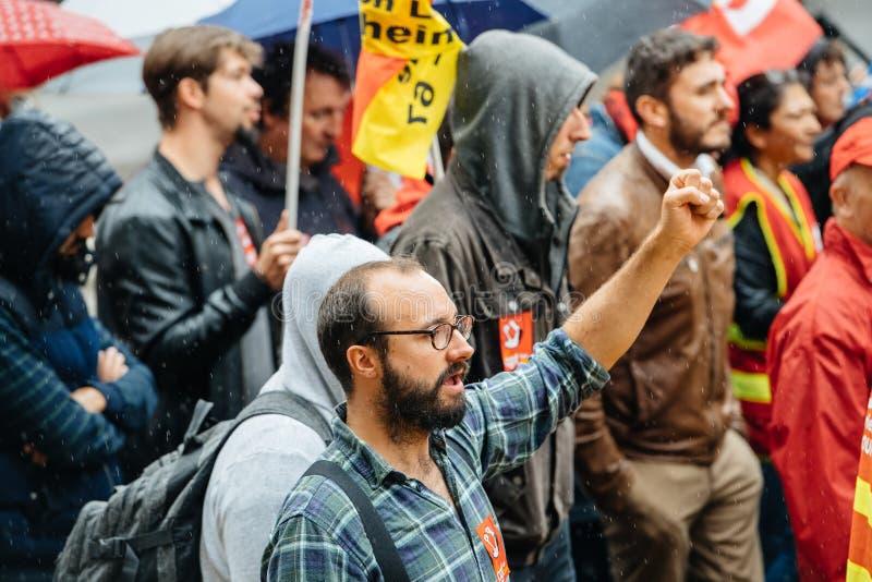 Main de Raisen par le protestataire masculin à la protestation d'Anti-macro photographie stock