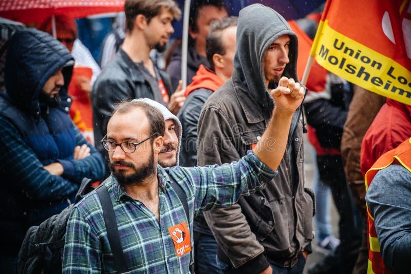 Main de Raisen par le protestataire masculin à la protestation d'Anti-macro photographie stock libre de droits