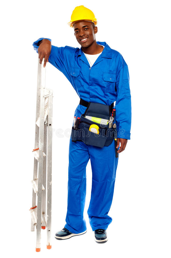 Main de repos de sourire d'ouvrier africain sur le stepladder image stock