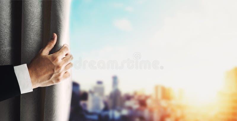 Main de rideau en ouverture d'homme d'affaires avec la vue panoramique brouillée de paysage urbain de Bangkok de defocus dans le  photographie stock