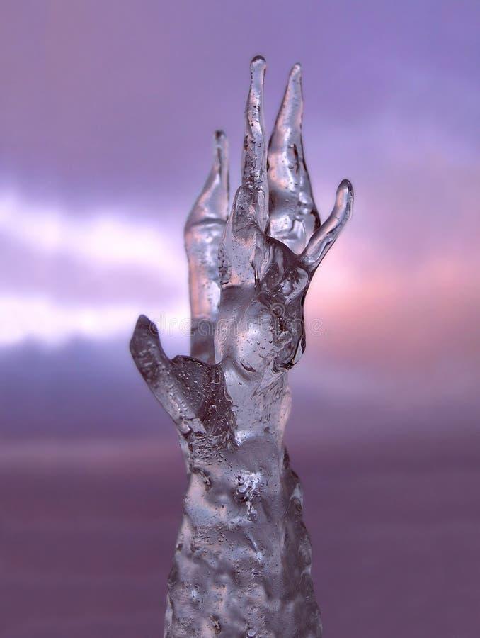 Main de sculpture en glace photographie stock