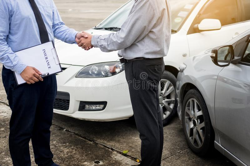 Main de secousse de client avec des agents d'assurance automobile après accord images libres de droits