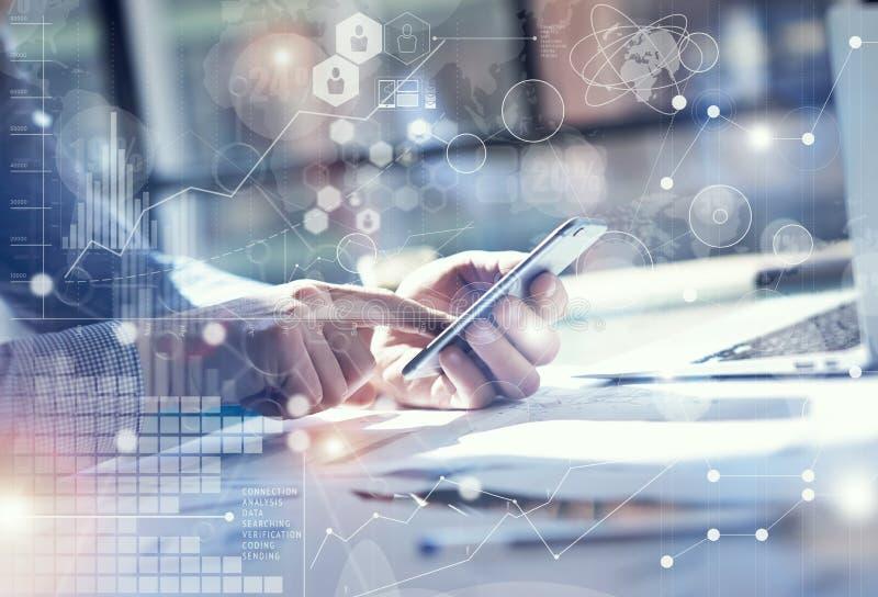 Main de Smartphone d'utilisation d'homme, écran tactile Chef de projet Researching Process Bureau moderne de Team Work Startup d' image libre de droits