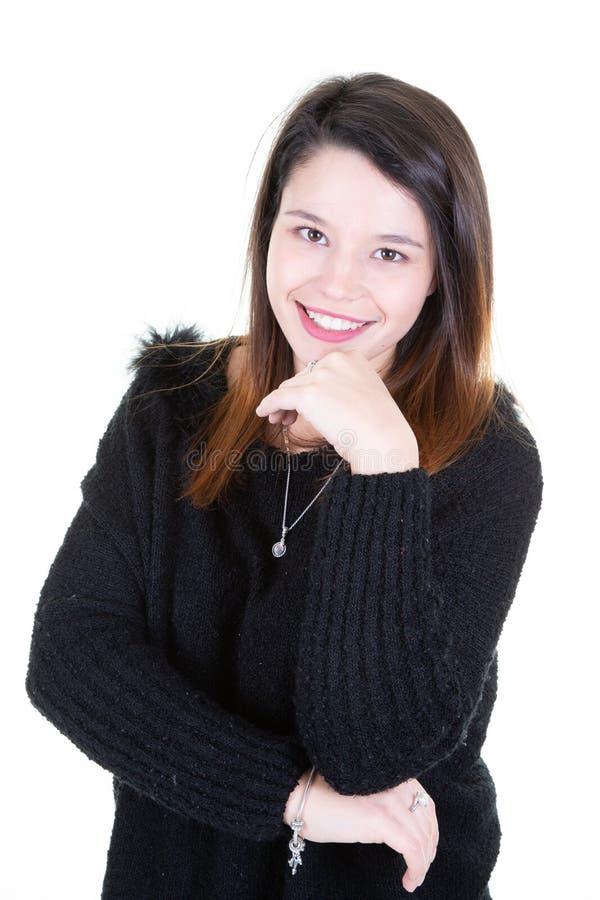 Main de sourire de portrait de jeune femme sur le menton photographie stock
