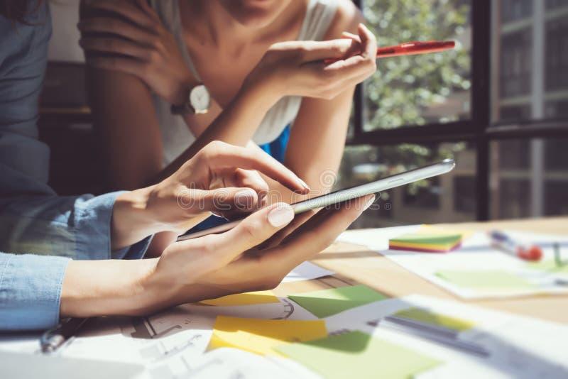 Main de Tablette de Digital d'écran tactile de fille d'image de plan rapproché Producteurs de projet recherchant le processus Jeu photo stock