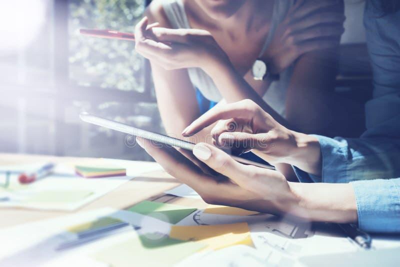 Main de Tablette de Digital d'écran tactile de fille d'image de plan rapproché Producteurs de projet recherchant le processus Jeu image libre de droits