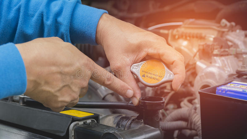 Main de technicien vérifiant le moteur de la voiture image libre de droits