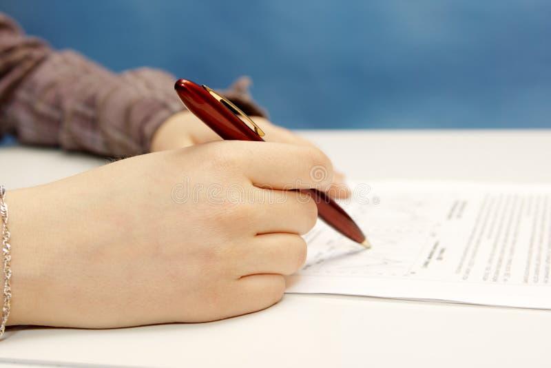 Main de travail de stylo images libres de droits