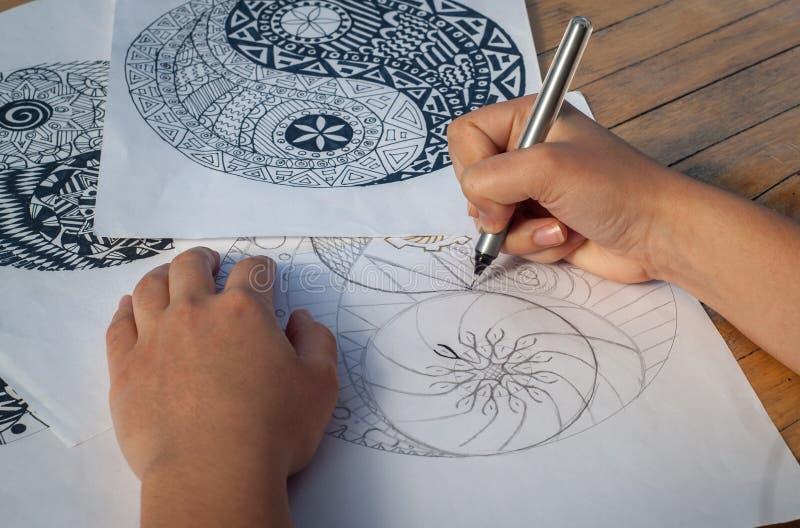Main de yang de yin de dessin de femme pour anti livre de coloriage d'effort image stock