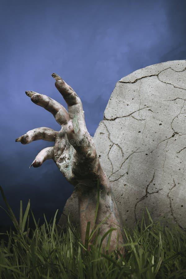 Main de zombi sortant de la prise de masse images libres de droits