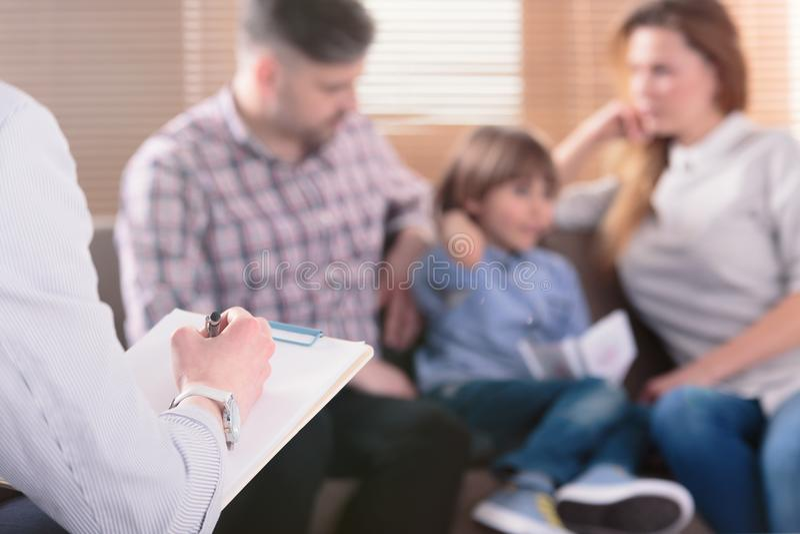 Main des notes d'une écriture de psychothérapeute de famille de professionnel dans f photo libre de droits
