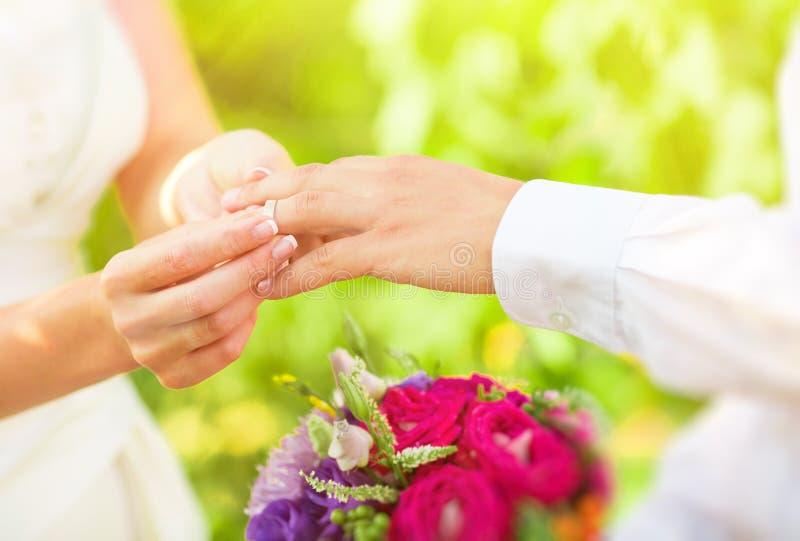 Main des personnes mariées photographie stock libre de droits